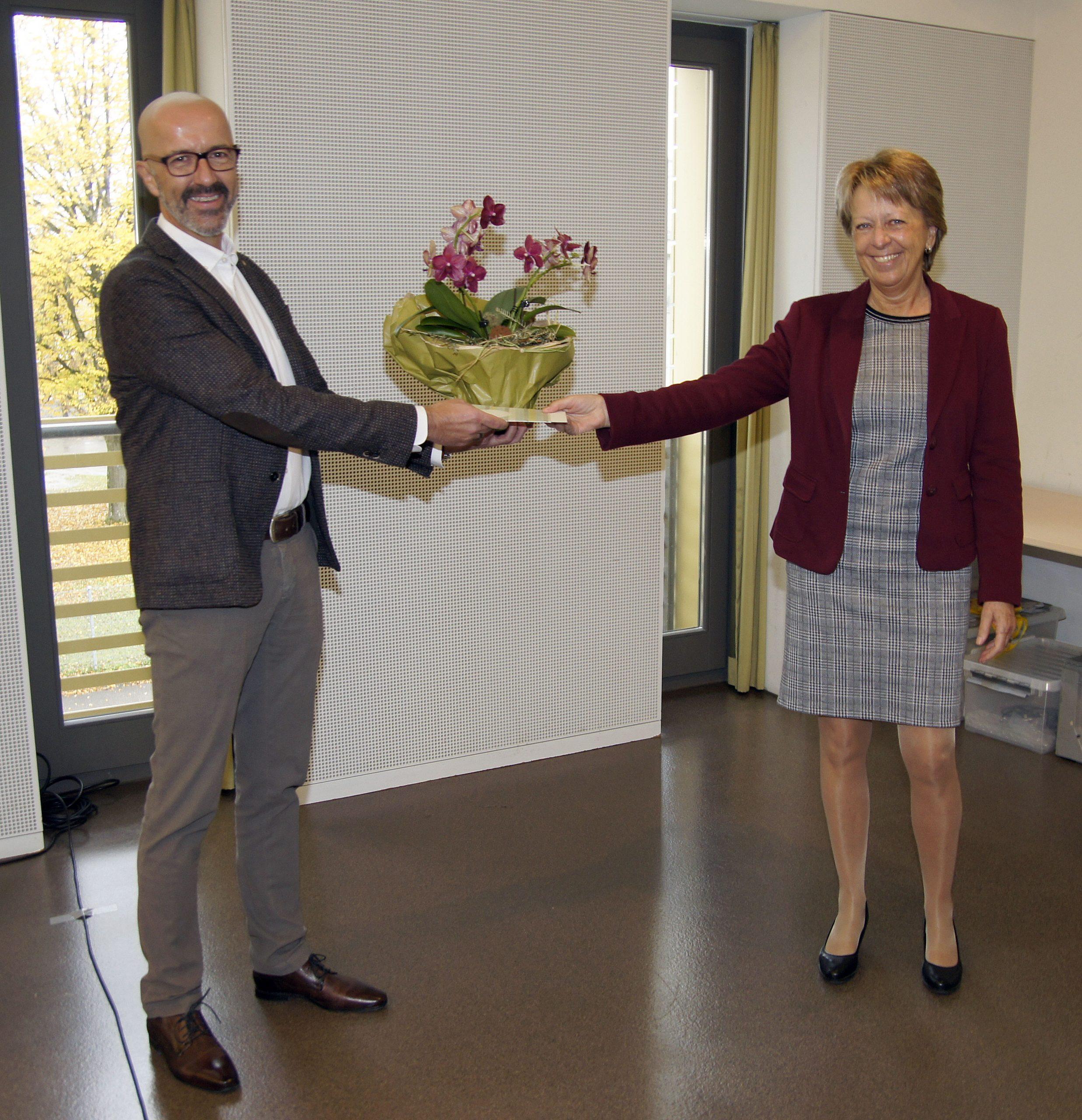 Vizepräsidentin Marlis Dürst verdankt André Ingold